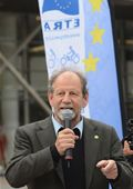 Michael Cramer, MEP, offers a speech before the ProVelo bike tours for the Greens/EFA