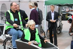 Paul Beeckmans from the Greens test-rides an Urban Arrow cargo bike